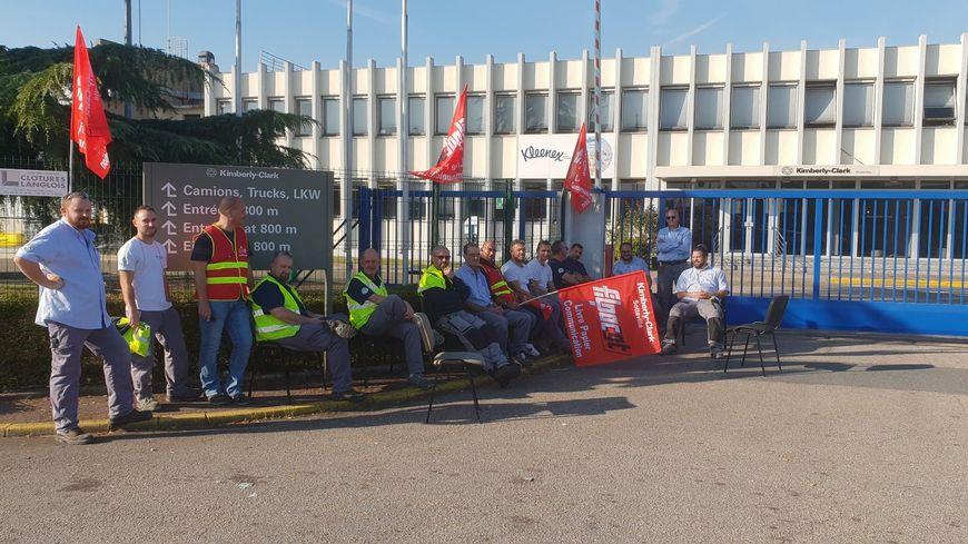 Les salariés de Kimberly Clark bloquent l'accès à l'usine de Sotteville lès Rouen.