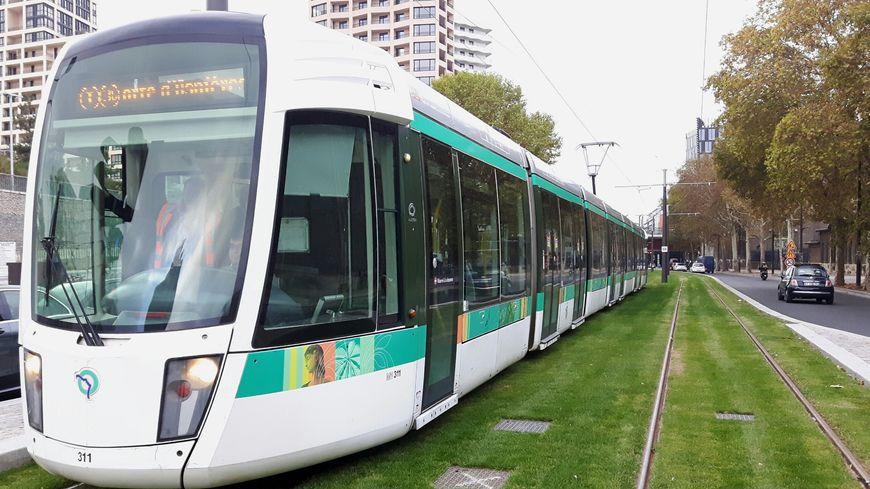 video paris le tramway t3 commence sa marche blanc jusqu 39 porte d 39 asni res. Black Bedroom Furniture Sets. Home Design Ideas