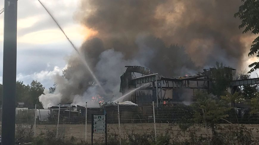 Le feu a détruit un entrepôt qui de la souys à Bordeaux