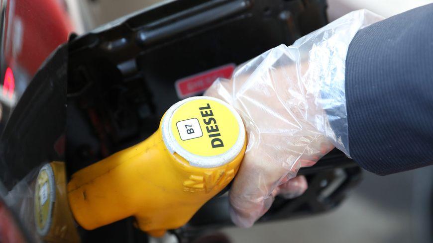 Le prix moyen d'un litre de sans plomb 95 s'élevait la semaine dernière à 1,55 euro, celui du gazole à 1,52 euro, selon le ministère de la Transition écologique.