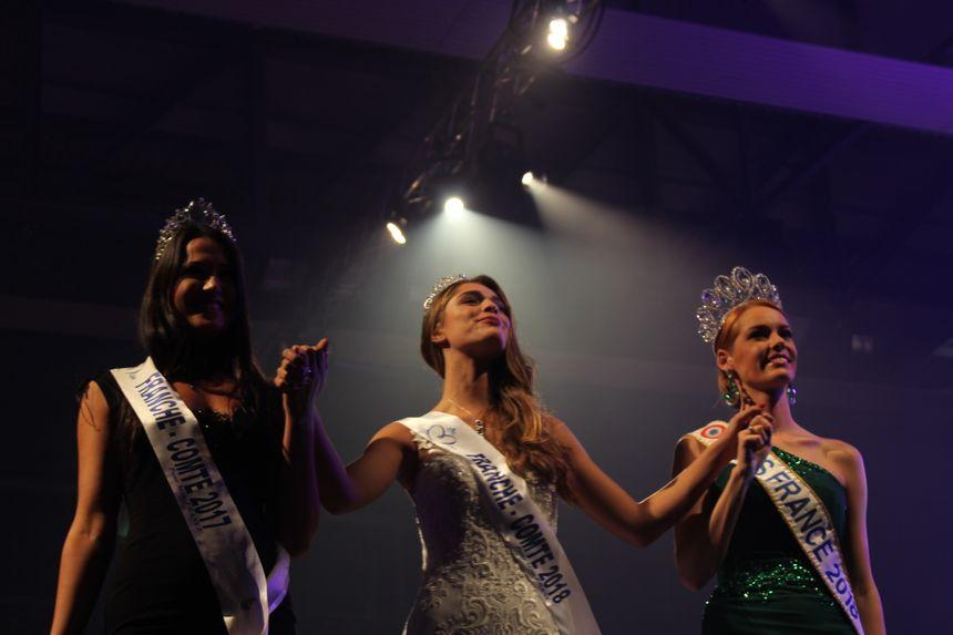 Lauralyne Demesmay (au centre) salue le public aux côtés de miss France et de miss Franche-Comté 2017