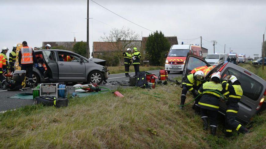 Une trentaine de pompiers est sur le lieu du choc frontal entre deux voitures et une camionnette, à Crotelles.