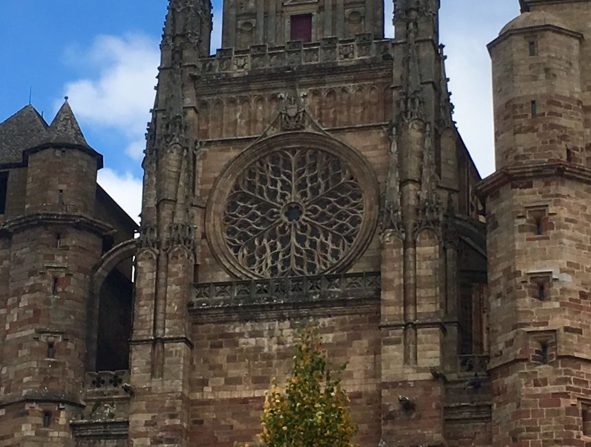 Les créateurs de la Mandarelle ont créé des moules spéciaux qui reproduisent sur le haut du gâteau la rosace de la cathédrale de Rodez. - Radio France