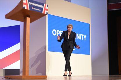 Theresa May esquisse quelques pas de danse avant de prononcer un discours à la Conférence du Parti Conservateur à Birmingham, le 3 octobre 2018.
