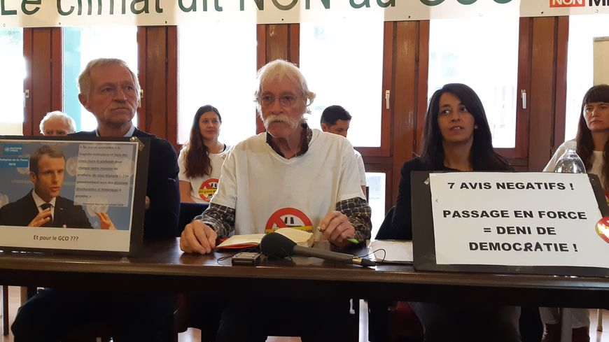 Les deux eurodéputés, José Bové et Karima Delli, entourent Michel Dupont, l'un des grévistes de la faim.