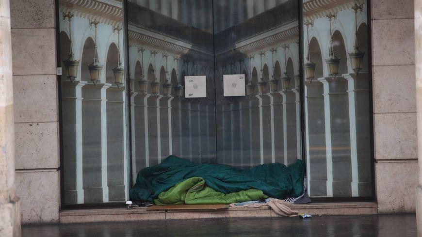 Selon un recensement de la mairie de Paris, environ 3000 personnes sont sans-abris à Paris