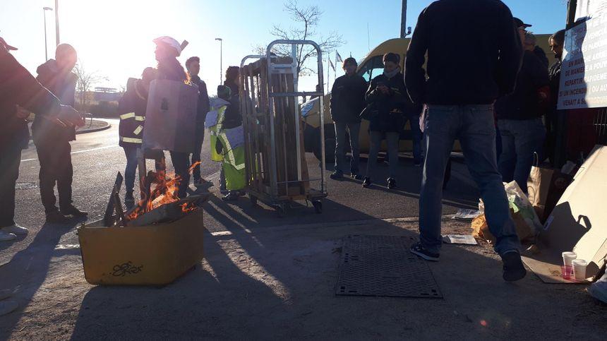 Le piquet de grève installé ce lundi matin 22 octobre, par SUD-PTT devant l'entrée du centre du courrier de Dijon Nord.