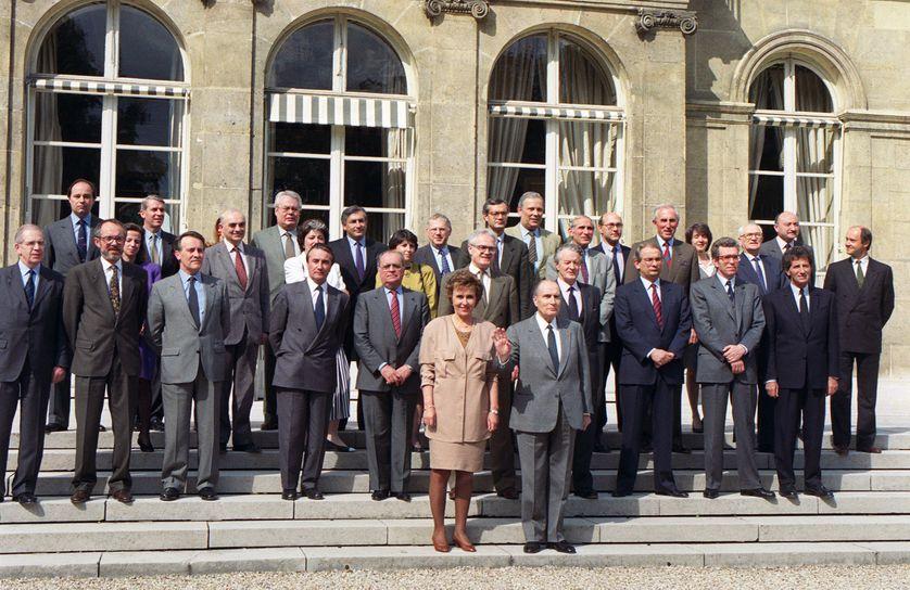 Photo de famille du gouvernement d'Edith Cresson, sous la présidence de François Mitterrand, le 17 mai 1991. Georges Kiejman se trouve en haut à droite.