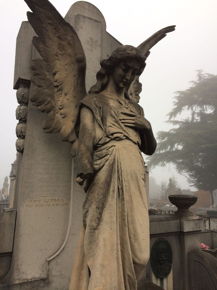 Un ange sur l'une des tombes du cimetière du Crêt de Roc