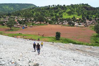 Au pied des lacs de boues cyanurées de la mine de Lefa en Guinée se trouve un village de 1 700 habitants, Fayala-Carrefour, qui va bientôt devoir être déplacé.