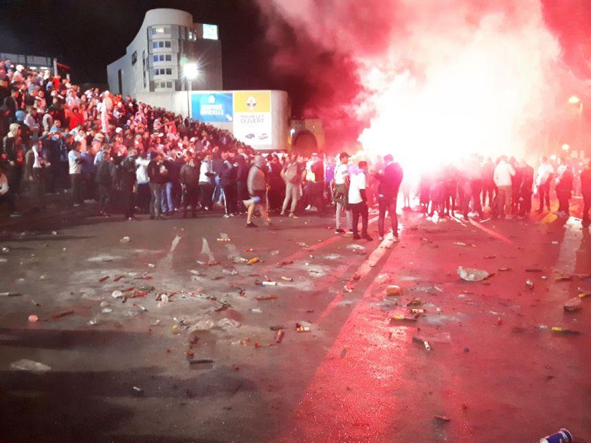 Des dizaines de fumigènes et bombes agricoles ont été lancés par les supporters marseillais.