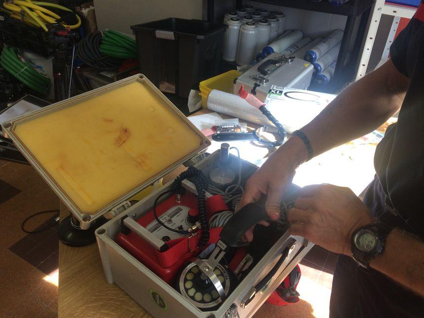 Le vibraphone, un appareil permettant de détecter les bruits sous les décombres, comme le reste du matériel sera donné aux secours indonésiens.