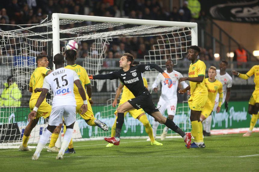Le gardien Nantais Tatarusanu tente d'écarter ce ballon devant ses défenseurs