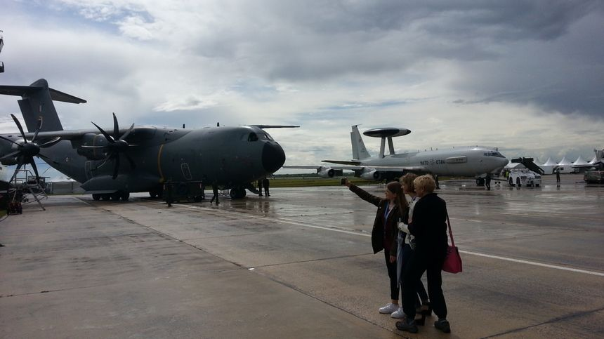 C'est à Avord que sont stationnés notamment les quatre avions radars Awacs français (avion équipé d'un gros dôme sur fuselage)