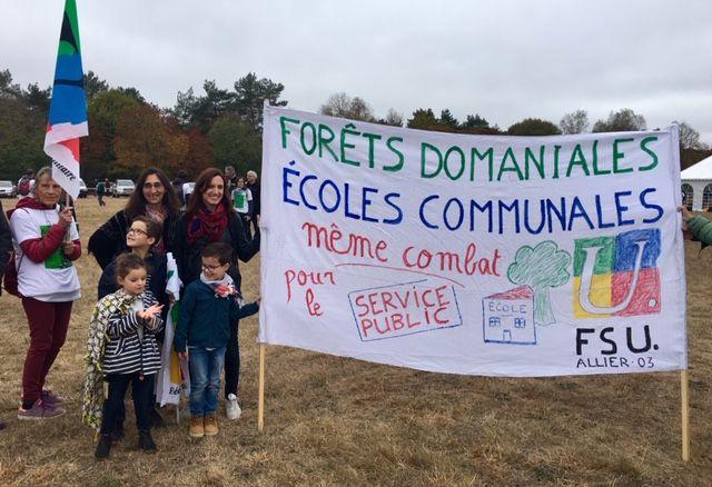 Des citoyens comme ces enseignants sont venus apporter leur soutien aux gardes forestiers.