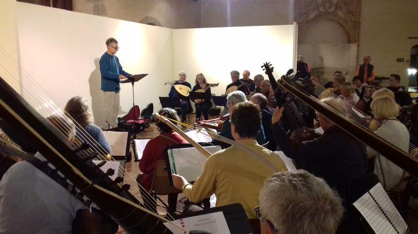 Les répétitions de l'orchestre au château de Laval.