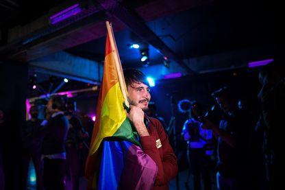 Un membre de la communauté LGBT ému dans un club alors que les membres de la communauté attendent les résultats d'un référendum à Bucarest, en Roumanie, le 7 octobre 2018.
