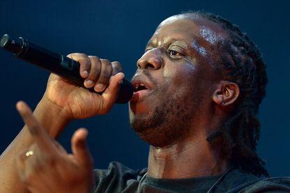 Youssoupha, rappeur franco-congolais, sur scène en 2013 (Stade de France, Saint-Denis)
