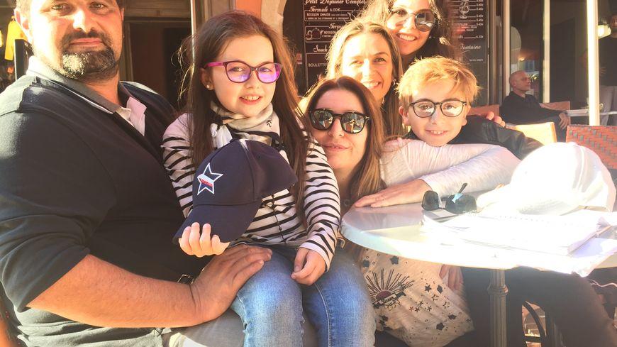 Emma et sa famille en promenade à Cassis.