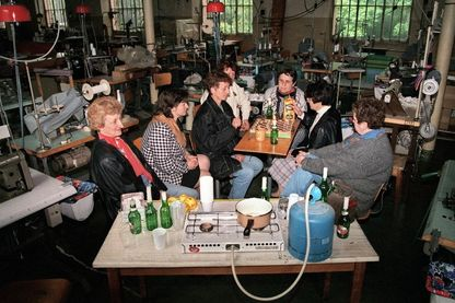 Des employées de la Société de Confection de Lingerie (SCL) d'Annonay occupent leur usine menacée de fermeture, mai 1996