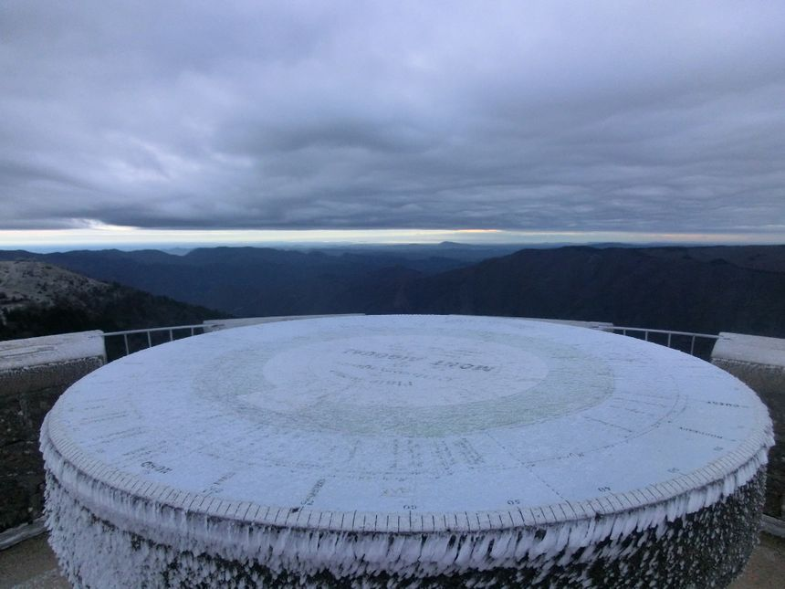 Au sommet du Mont Aigual, la table d'orientation est prise dans le givre