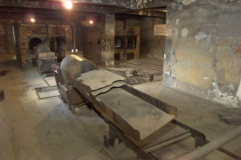 Intérieur d'un crématorium au camp d'Auschwitz