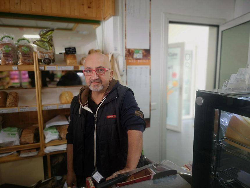 Laurent Akriche, gérant de La Vie Claire, à 300 mètres de la nouvelle enseigne.