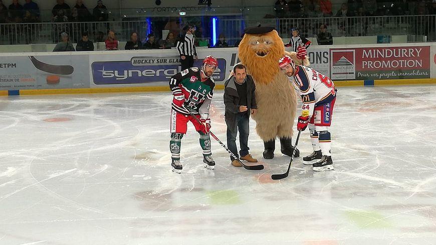 Basa, la mascotte de l'Hormadi, présenté pour la première fois face à Grenoble, a donné le coup d'envoi.