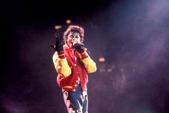 """Michael Jackson, sur la scène du Madison Square Garden, interprétant """"Thriller"""" lors de sa tournée """"Bad"""" (New York, 1988)"""