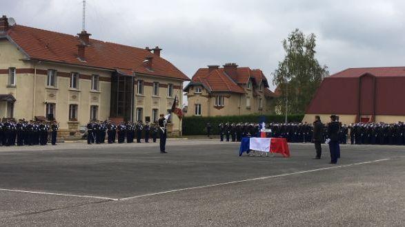Le ministre de l'Intérieur devant le cercueil de Sébastien Turin à la gendarmerie de Longeville-les-St-Avold