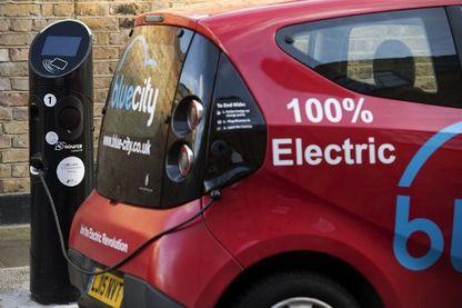 Voiture électrique Bluecity à une station de recharge en libre service à Londres en décembre 2017
