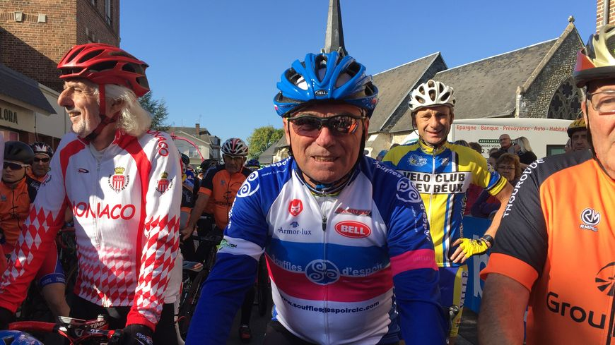 Bernard Hinault sur la ligne de départ du circuit de 8km de la Ronde de Thiberville.