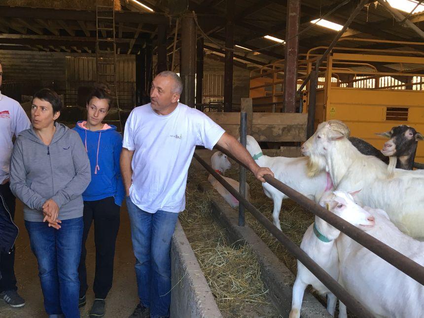 La famille Lousplaàs dans sa chèvrerie