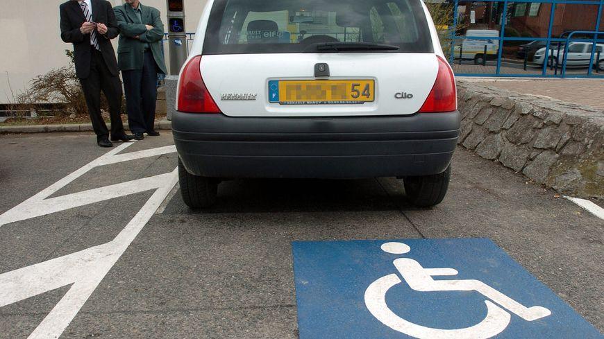 Beaucoup d'automobilistes se garent sur places handicapées sans avoir le macaron.