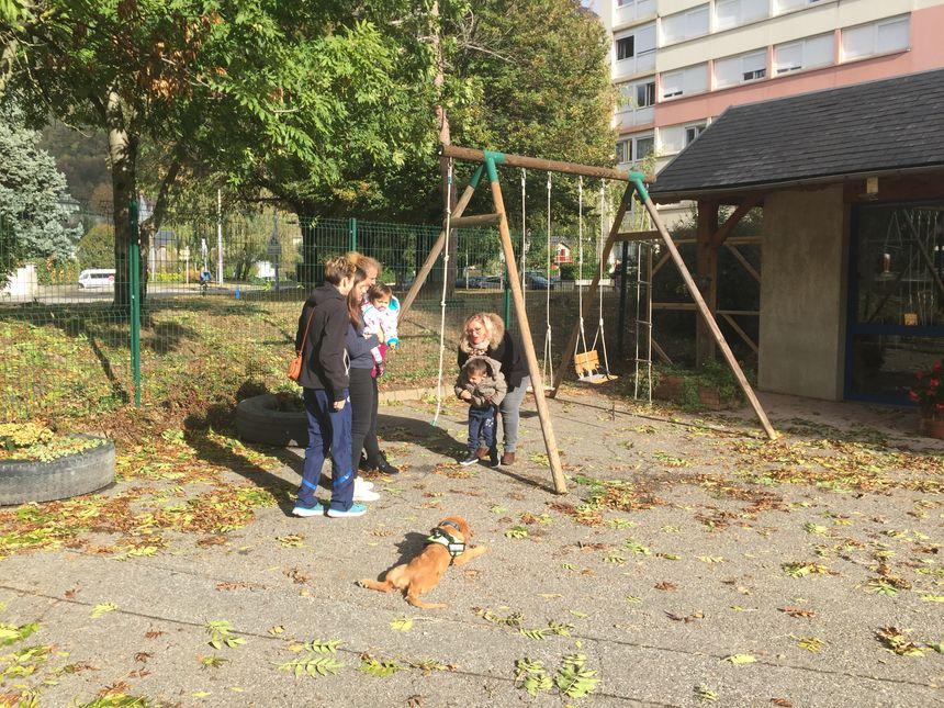 Une partie des bénévoles de l'Ecole Bleue profite du soleil dans la cour de récréation - Radio France