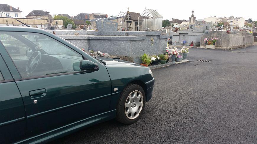 Bien fermer sa voiture et ne pas laisser d'effets personnels dans l'habitacle du véhicule quand on va fleurir les tombes dans les cimetières