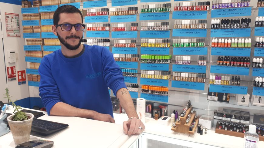 Aurel', dans son magasin Bonne-Vap, à Metz.