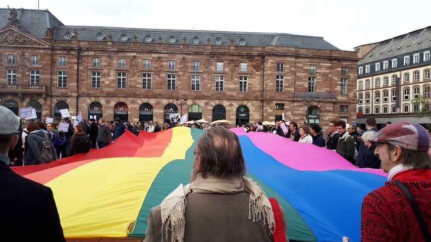 Plusieurs centaines de personnes se sont rassemblées ce samedi place Kléber à Strasbourg pour soutenir la communauté LGBT.
