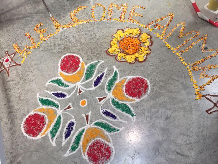 """Une décoration sur le sol du Capitole. """"Bienvenue Amma"""""""