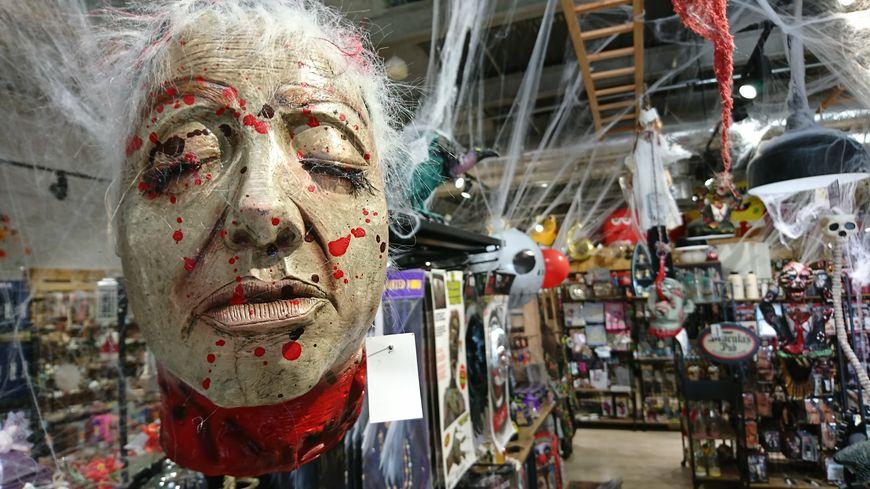 Une tête coupée en plastique dans le magasin CenterFête de Nîmes