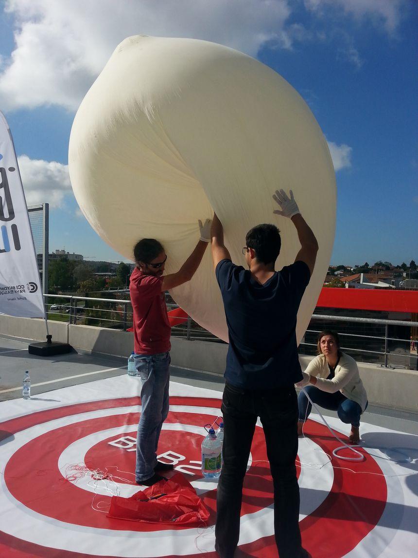 Le gonflage du ballon à l'hélium. Au sol, il faisait 2 mètres de diamètre. Sous l'effet de la pression, dans les airs, il a pu atteindre 10 mètres de diamètre.
