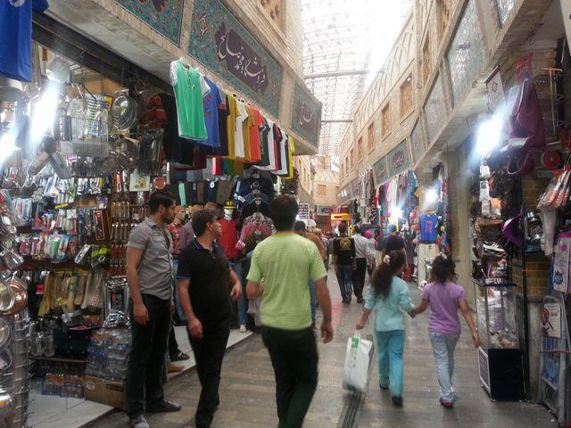Dans les allées du Grand Bazar, même les commerçants d'habitude fidèles soutiens du régime laissent éclater leur colère