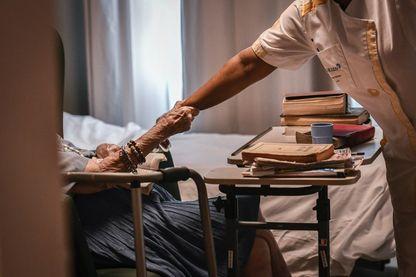 Jeune infirmière dans un Ehpad (image d'illustration)