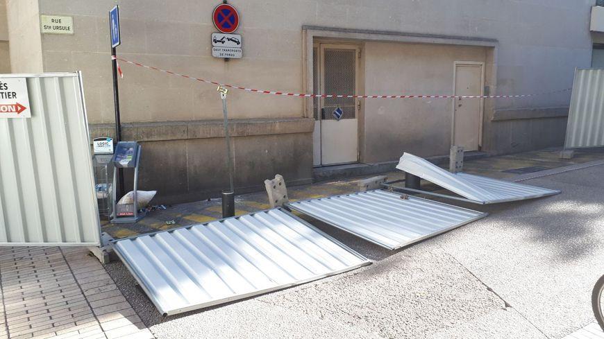 Des tôles de chantier arrachées par le vent rue Sainte Ursule à Nîmes.