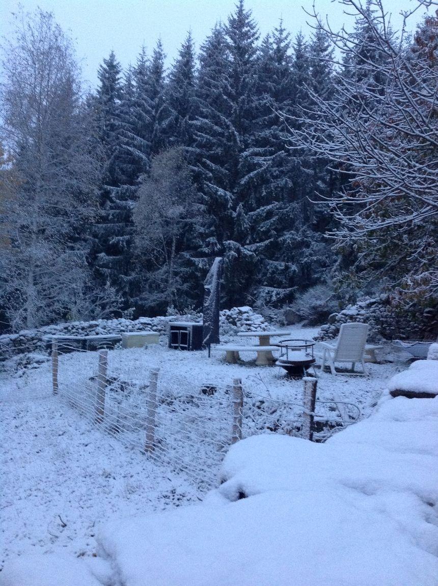 La neige recouvre les jardins et les toits des maisons à Grandrieu en Lozère