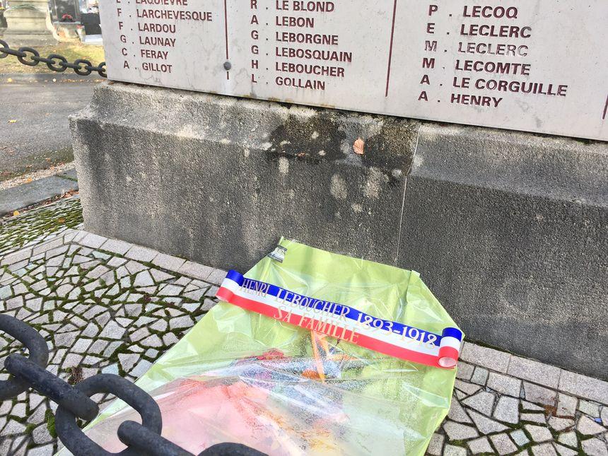 La germe sous le monument aux morts où est inscrit le nom d'Henri Leboucher.