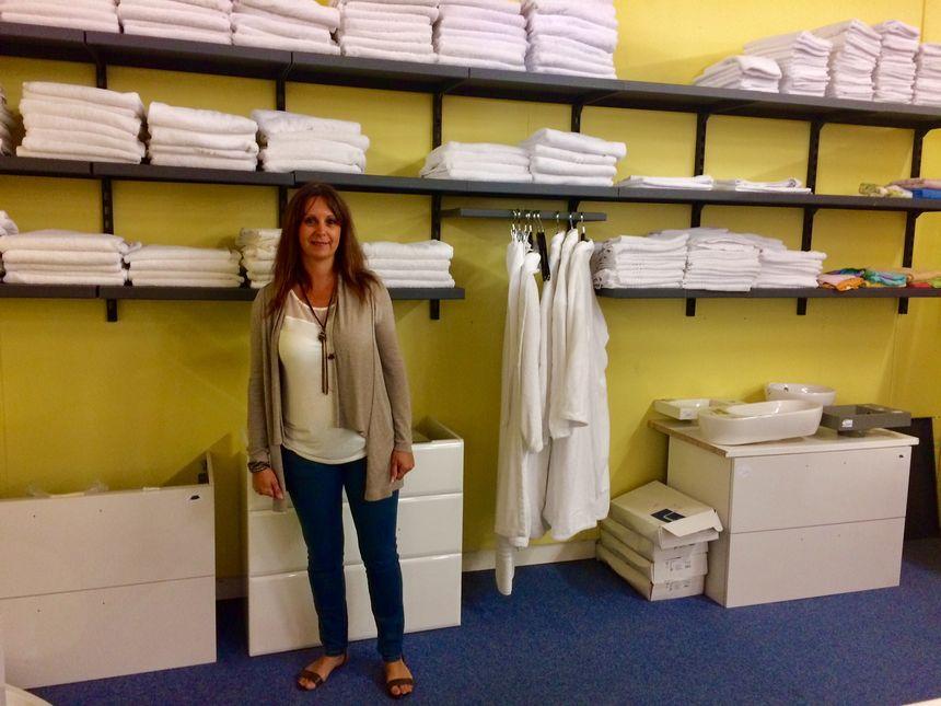 Alexia Peter, membre active de l'association, récupère les serviettes des grands hôtel parisiens