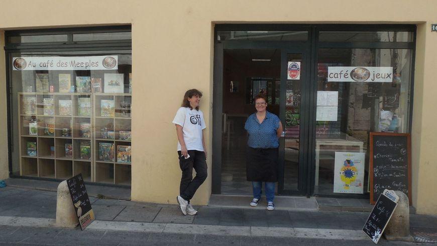 """Delphine Auzias et Emilie Lagaye devant """"Au Café des Meeples"""""""