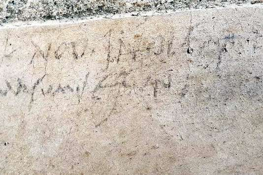 "L'inscription au charbon découverte à Pompéi : ""Indulsit pro masumis esuritioni""."
