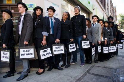 A Londres les musiciens du groupe Miss Dynamite et Charlie Simpson se joignent en 2010 à des jeunes chômeurs devant un Pôle emploi pour lever des fonds contre le chômage